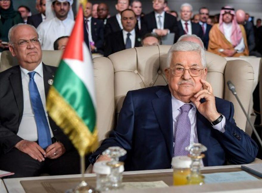 El presidente de la Autoridad Palestina, Mahmoud Abbas (R), y la Organización de Liberación de Palestina (OLP), Secretario General del Comité Ejecutivo, Saeb Erekat (L), asisten a la sesión de apertura de la 30ª cumbre de la Liga Árabe en la capital de Túnez, Túnez, el 31 de marzo de 2019. (FETHI BELAID / PISCINA / AFP)