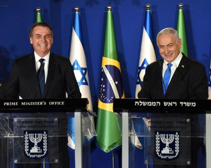 El presidente brasileño, Jair Bolsonaro, izquierda, y el primer ministro israelí, Benjamin Netanyahu, hablaron durante una conferencia de prensa conjunta en la Residencia del primer ministro en Jerusalén el 31 de marzo de 2019. (DEBBIE HILL / POOL / AFP)