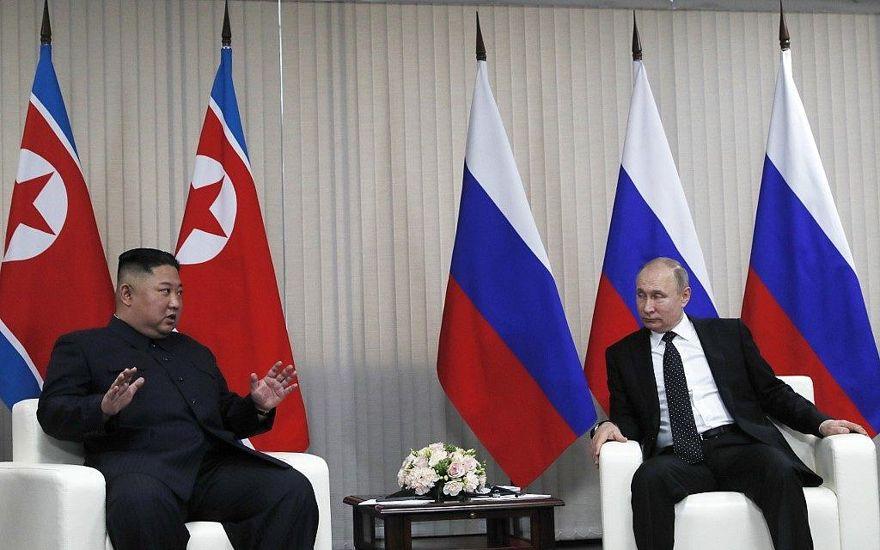 El presidente ruso, Vladimir Putin, a la derecha, se reúne con el líder norcoreano, Kim Jong Un, en el campus de la Universidad Federal del Lejano Oriente en la isla Russky en el puerto del este de Rusia, Vladivostok, el 25 de abril de 2019. (Sergei Ilnitsky / Pool / AFP)