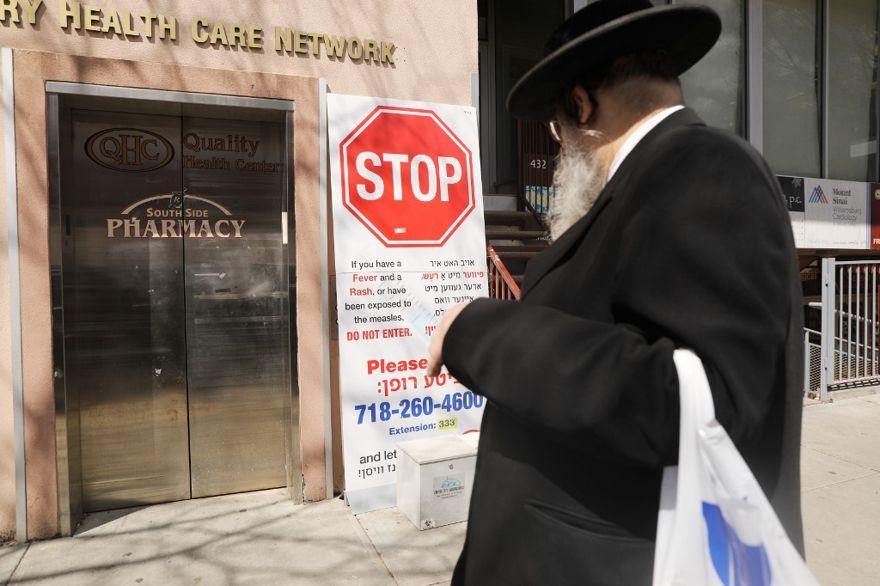 Un cartel advierte a las personas de sarampión en la comunidad judía ultraortodoxa en Williamsburg el 10 de abril de 2019 en la ciudad de Nueva York. (Spencer Platt / Getty Images / AFP)