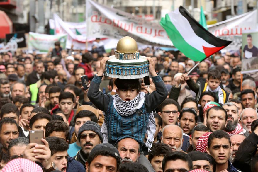 Un niño sostiene un modelo que representa la Cúpula de la Roca durante una protesta que marca el Día de la Tierra en Amman, Jordania, 29 de marzo de 2019 - MUHAMMAD HAMED / REUTERS
