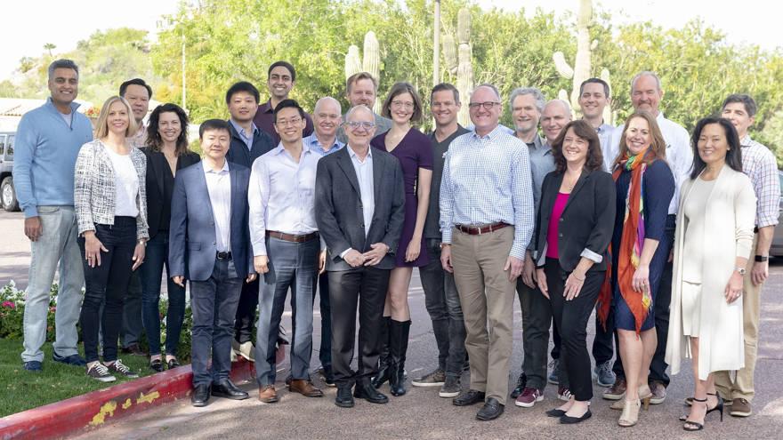 Los líderes de las 14 compañías que se unen a la cartera de Intel Capital posan con el presidente de Intel Capital, Wendell Brooks, en el Biltmore de Arizona, cuando se inicia la 19ª Cumbre anual de Intel Capital Global a partir del 1 de abril de 2019. (Crédito: Intel Corporation)