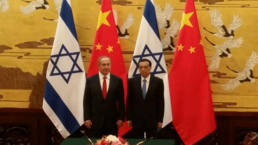 El primer ministro de China, Li Keqiang, y el primer ministro, Benjamin Netanyahu, asisten a una ceremonia de firma en el Gran Palacio del Pueblo en Beijing, el 20 de marzo de 2017. (Raphael Ahren / Times of Israel)