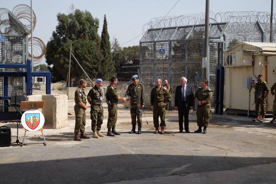 Soldados de las FDI y de la FNUOS en el cruce de Quneitra entre Israel y Siria en los Altos del Golán, que reabre después de cuatro años, el 15 de octubre de 2018. (Judah Ari Gross / Times of Israel)