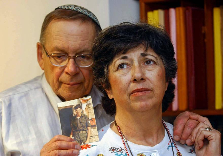 Miriam y Yoni Baumel sostienen una foto de su hijo Zachary Baumel, quien fue tomado prisionero de guerra en 1982, en Jerusalén el 7 de julio de 2003. (Crédito de la foto: FLASH90)