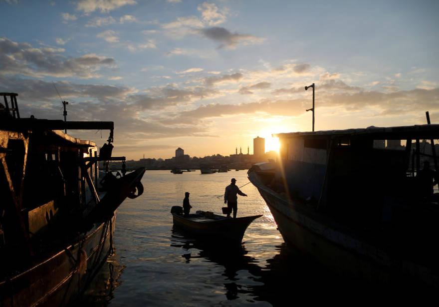 El sol sale a medida que se ve a los pescadores en el puerto marítimo de la ciudad de Gaza, 2 de abril de 2019. (Crédito de la foto: SUHAIB SALEM / REUTERS)
