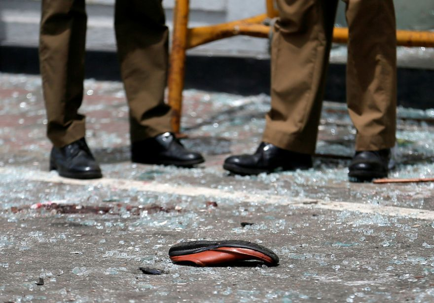 Un zapato de una víctima se ve frente al Santuario de San Antonio, iglesia Kochchikade, después de una explosión en Colombo, Sri Lanka, el 21 de abril de 2019. (Crédito de la foto: DINUKA LIYANAWATTE / REUTERS)