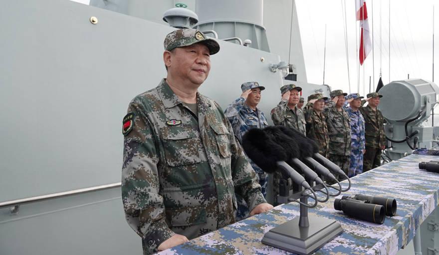 El presidente Xi Jinping analiza los buques de guerra de China en el desfile de la Armada del PLA del año pasado. Foto: Xinhua