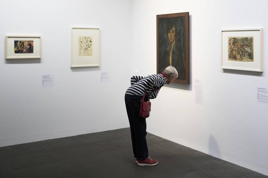 Un visitante mira una pintura del pintor alemán Otto Mueller en la exposición 'Informe del estado Gurlitt. Arte degenerado: confiscado y vendido 'en el Kunstmuseum de Berna, Suiza, el miércoles 1 de noviembre de 2017. (Peter Klaunzer / Keystone a través de AP)