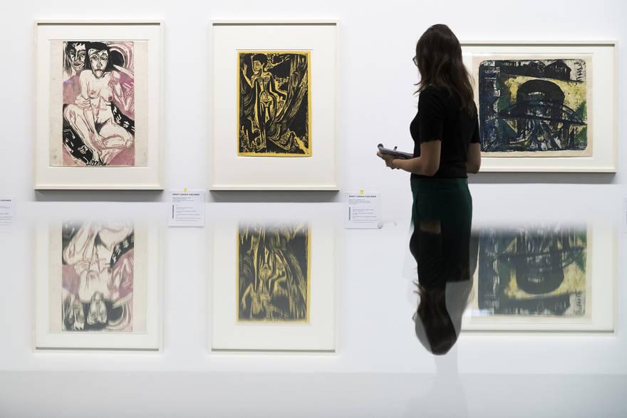 Un visitante ve las pinturas del pintor alemán Ernst Ludwig Kirchner en la exposición 'Informe del estado Gurlitt. Arte degenerado: confiscado y vendido 'en el Kunstmuseum de Berna, Suiza, el miércoles 1 de noviembre de 2017. (Peter Klaunzer / Keystone a través de AP)