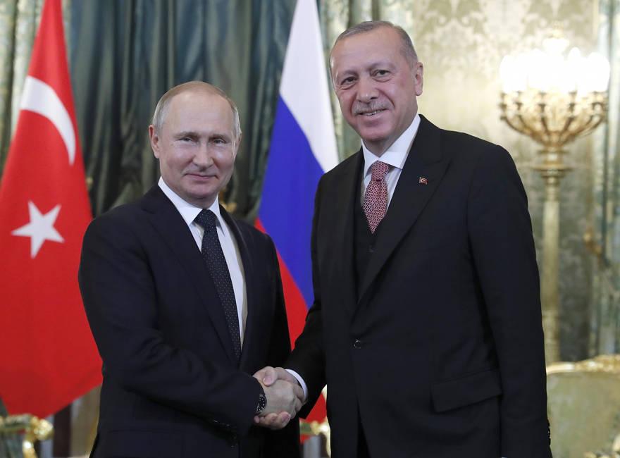 El presidente ruso, Vladimir Putin, a la izquierda, le da la mano al presidente turco, Recep Tayyip Erdogan, durante su reunión en el Kremlin en Moscú, Rusia, el lunes 8 de abril de 2019. (Maxim Shipenkov / Pool Photo via AP)
