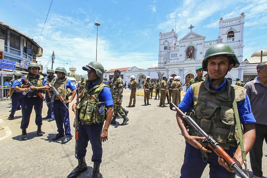 Soldados del Ejército de Sri Lanka aseguran el área alrededor del Santuario de San Antonio después de una explosión en Colombo, Sri Lanka, el domingo 21 de abril de 2019 (Foto AP / Chamila Karunarathne)