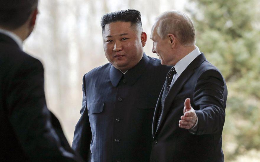 El presidente ruso Vladimir Putin R) le da la bienvenida al líder de Corea del Norte, Kim Jong Un, durante su reunión en Vladivostok, Rusia, el 25 de abril de 2019. (Foto de AP / Alexander Zemlianichenko, Pool)