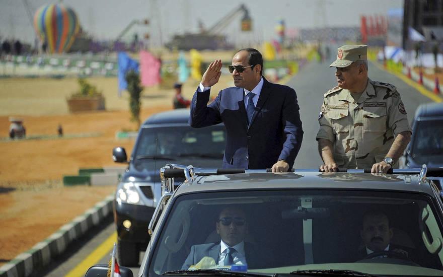 En esta foto proporcionada por la agencia estatal de noticias de Egipto, MENA, el presidente egipcio Abdel-Fattah el-Sissi saluda mientras inspecciona tropas con el ministro de Defensa Sedki Sobh en la ciudad portuaria de Suez, Egipto, en el Mar Rojo, el 29 de octubre de 2017. (MENA vía AP)