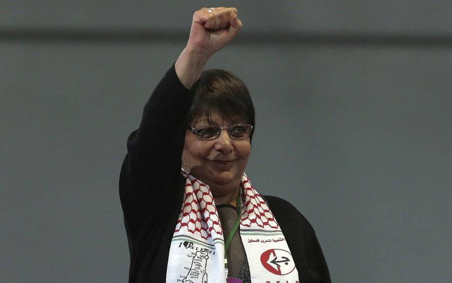Leila Khaled, prominente miembro del Frente Popular para la Liberación del Palestina PFLP, hace gestos después de hablar en el congreso del Partido Demócrata Popular Popular kurdo, o HDP, en Ankara, Turquía, el domingo 11 de febrero de 2018. (Foto AP / Burhan Ozbilici)