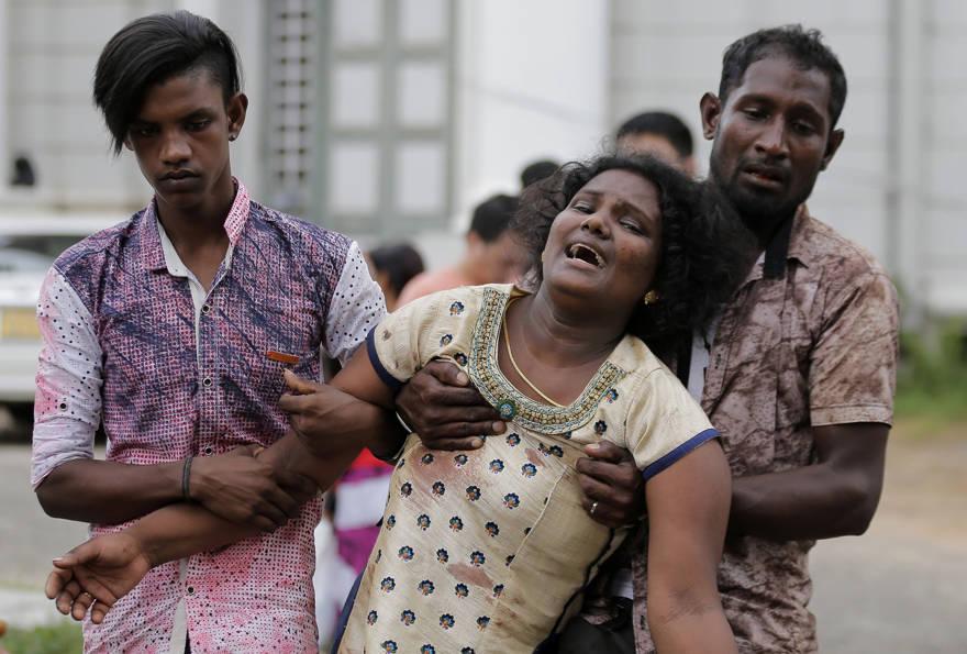 Familiares de una víctima de un bombardeo en una iglesia fuera de una morgue en Colombo, Sri Lanka, el domingo 21 de abril de 2019. Más de 200 personas murieron y cientos más resultaron heridas por ocho explosiones que sacudieron iglesias y hoteles en todo el país (Eranga Jayawardena / Foto AP)