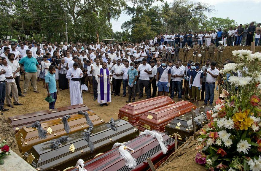 Un sacerdote realiza un entierro masivo para las víctimas de la explosión de la bomba del domingo de Pascua en Negombo, Sri Lanka, el 24 de abril de 2019. (Foto AP / Gemunu Amarasinghe)