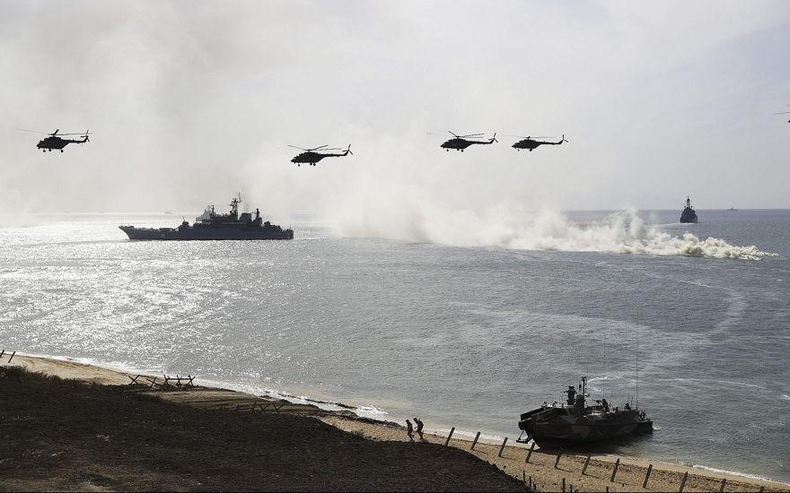 Los barcos y helicópteros de la marina rusa participan en una operación de aterrizaje durante los simulacros militares en la costa del Mar Negro de Crimea, el 9 de septiembre de 2016. (AP / Pavel Golovkin)