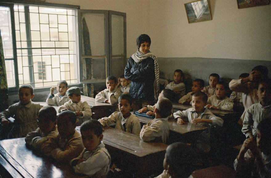 Leila Khaled, en un aula en un campamento de refugiados palestinos en Beirut, noviembre de 1970. (Foto AP / Harry Koundakjian)