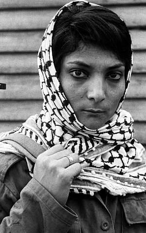 Leila Khaled, quien secuestró con éxito un avión de pasajeros de TWA a Damscus, Siria, en 1969, lleva una ametralladora a un campo de refugiados palestinos en el Líbano en esta foto de archivo del 29 de noviembre de 1970. (Foto AP / Eddie Adams, archivo)