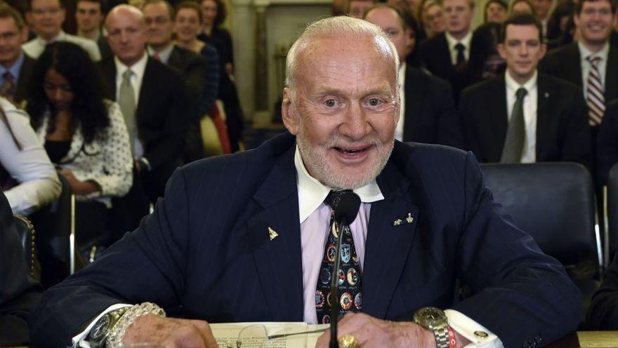 En este martes, 24 de febrero de 2015, foto de archivo, Buzz Aldrin, ex astronauta de la NASA y piloto de Apolo 11, se prepara para declarar en el Capitolio de Washington, ante la subcomisión del Senado de Espacio, Ciencia y Competitividad, en una audiencia sobre objetivos de exploración humana y Competitividad del espacio comercial. (AP / Susan Walsh)