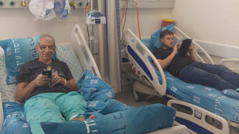 Avi Yavetz, a la izquierda, recibió una vena de su hijo Snir, a la derecha, en el Centro Médico de la Universidad de Hadassah, Jerusalén, en el primer trasplante de venas en vivo. Foto cortesía
