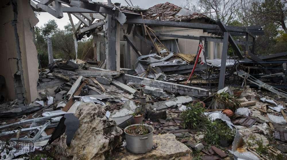 Un cohete disparado desde la Franja de Gaza destruyó una casa en Mishmeret, al norte de Tel Aviv, e hirió a siete el 25 de marzo de 2019. (Faiz Abu Rmeleh / Agencia Anadolu / Getty Images / vía JTA)