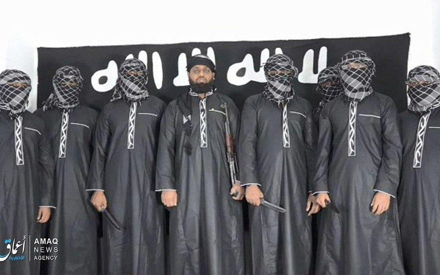 Una fotografía publicada en la página de propaganda del grupo terrorista del Estado Islámico, la agencia Amaq, el 23 de abril de 2019, que muestra lo que el grupo dice son ocho bombarderos que llevaron a cabo los ataques de Pascua en Sri Lanka. (Amaq)