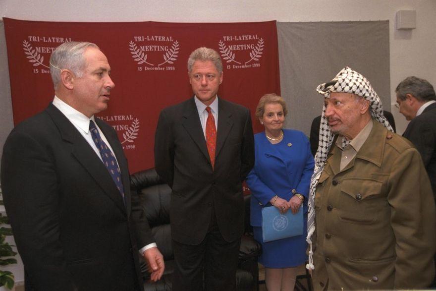 El presidente de los Estados Unidos, Bill Clinton, el primer ministro Netanyahu y el líder de la Autoridad Palestina, Yasser Arafat, en una reunión trilateral en el cruce de Erez entre Israel y Gaza, en diciembre de 1995 (Avo Ohayun / GPO)