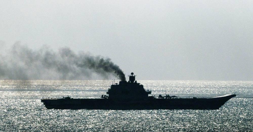 El portaaviones ruso Admiral Kuznetsov pasa por el Estrecho de Dover frente a la costa sureste de Inglaterra el 21 de octubre de 2016. (Gareth Fuller / PA Wire)