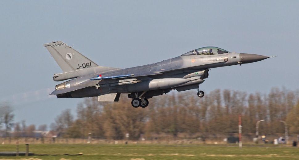 FOTO: Holandeses analizan el F-16 dañado por disparos propios