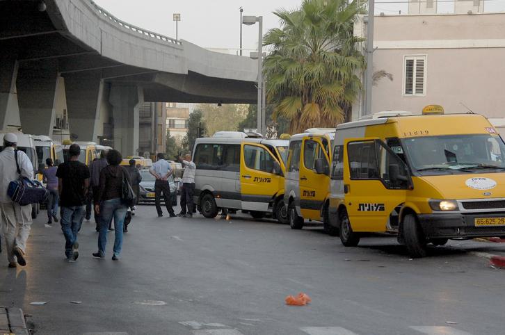 Los taxis en Tel Aviv, conocidos como 'sherut', esperan para llevar a la gente a Jerusalem y otras ciudades de todo Israel (Rachael Cerrotti / Flash90)