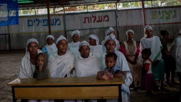 Los miembros de la comunidad etíope judía Falash Mura esperan el servicio de oración antes de asistir a la cena del Seder de la Pascua, en la sinagoga de Gondar, Etiopía, 22 de abril de 2016. (Miriam Alster / FLASH90)