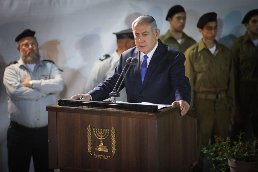 El primer ministro Benjamin Netanyahu elogia a Zachary Baumel, quien desapareció en la batalla del sultán Yacub en 1982, en el funeral del cementerio militar del Monte Herzl en Jerusalem el 4 de abril de 2019. (Hadas Parush / Flash90)