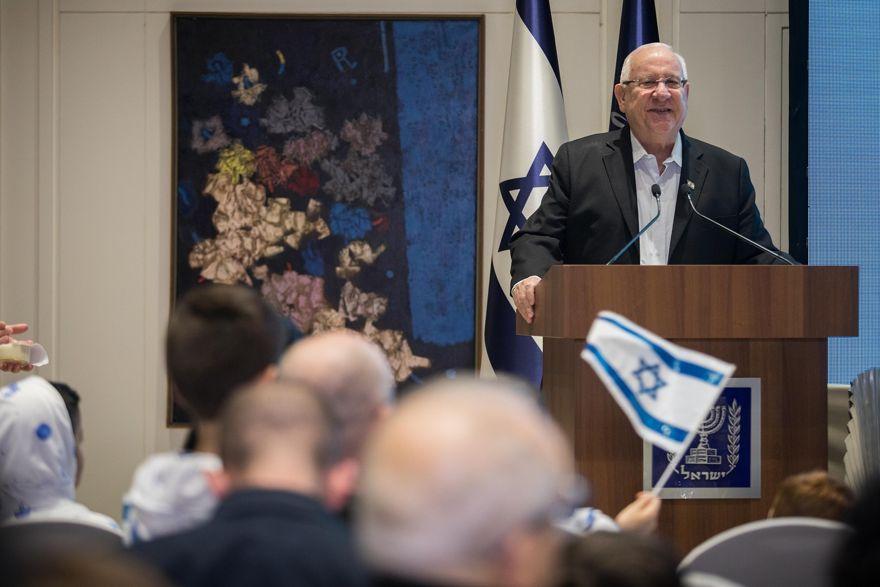El presidente Reuven Rivlin habla a la multitud después de que la nave espacial Bereshit intentara aterrizar en la luna, Jerusalem, 11 de abril de 2018 (Hadas Parush / Flash90)