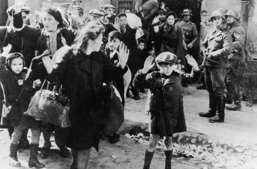 Un niño judío se rinde en Varsovia: la fotografía más conocida tomada durante el levantamiento del Ghetto de Varsovia en 1943, en la que un niño se lleva las manos sobre la cabeza mientras SS-Rottenführer Josef Blösche apunta una ametralladora en su dirección. (Wikipedia, dominio público)