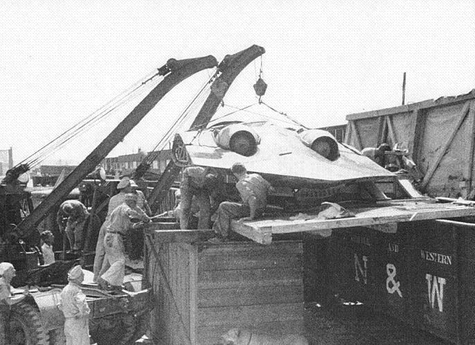 Descarga del Horten Ho 229 V3 capturado desde un tren por el ejército de EE. UU. (WikiMedia Commons)