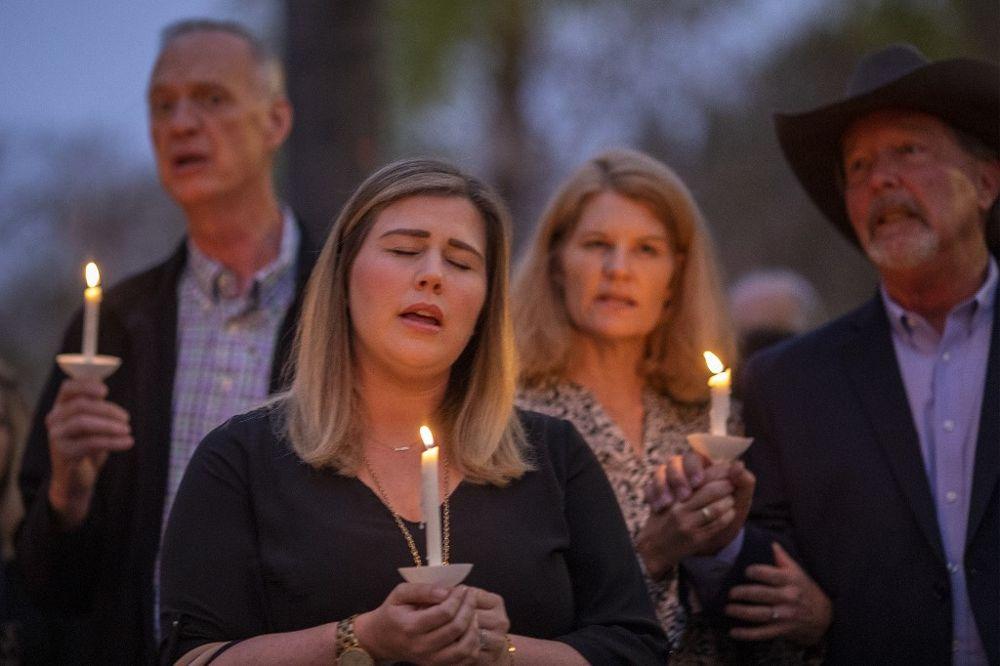 Las personas asisten a una oración y vigilia con velas en la Iglesia Presbiteriana de la Comunidad Rancho Bernardo el 27 de abril de 2019 en Poway, California. (David McNew / Getty Images / AFP)