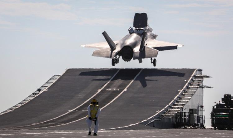 Los pilotos de la RAF toman el F-35 Lightnings en el extranjero por primera vez