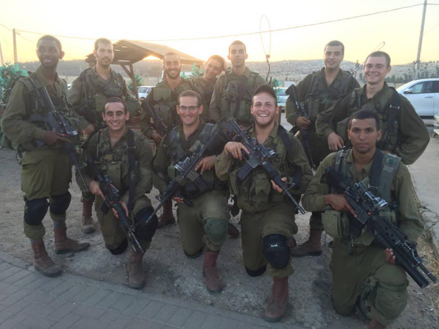 Mendel (segundo desde la derecha) con su unidad.