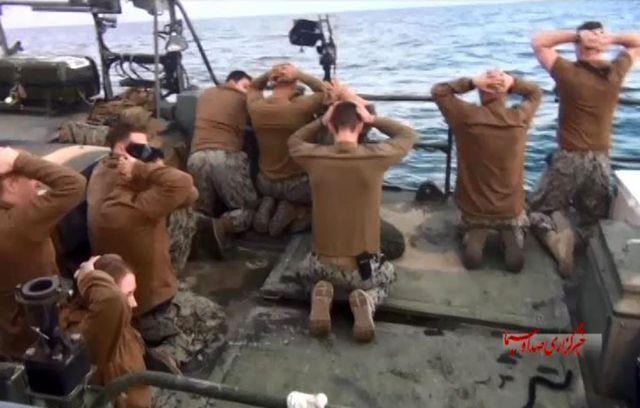 Esta foto publicada por la agencia estatal iraní de noticias IRIB el miércoles 13 de enero de 2016 muestra la detención de los marineros de la Armada estadounidense por parte de la Guardia Revolucionaria Iraní en el Golfo Pérsico, Irán. (Sepahnews vía AP)
