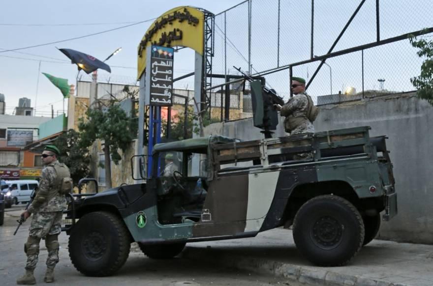 Las fuerzas de seguridad libanesas protegen la entrada del estadio Al-Ahed en los suburbios del sur de Beirut durante una gira organizada por el ministro de asuntos exteriores libanés para embajadores el 1 de octubre de 2018 de supuestos sitios de misiles alrededor de la capital libanesa en un intento por refutar las acusaciones israelíes de que el movimiento terrorista Hezbolá Tiene instalaciones secretas de misiles allí.(AFP PHOTO / ANWAR AMRO)