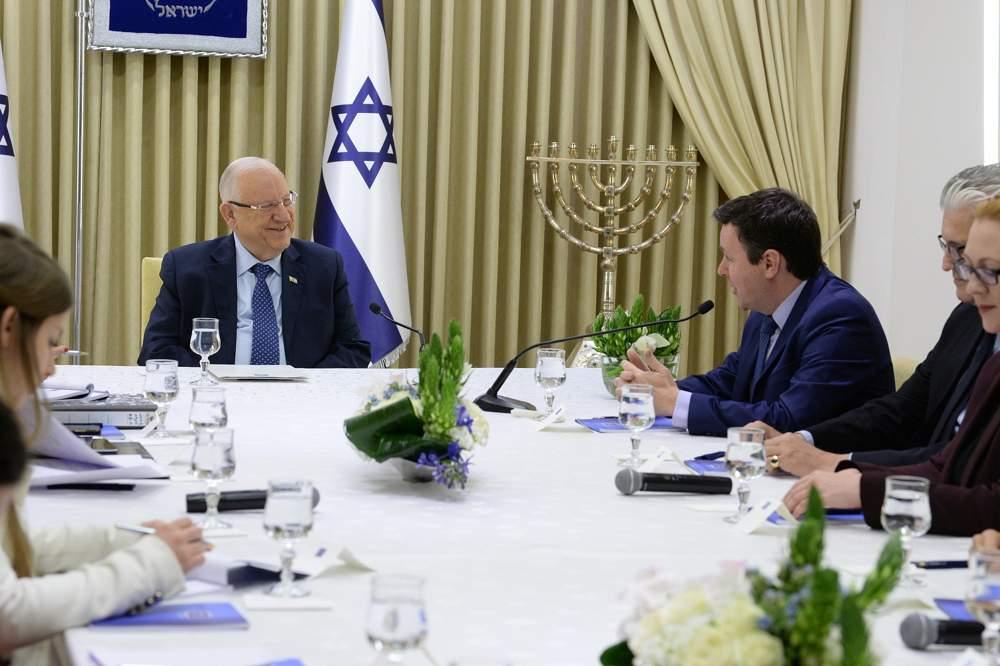 Los miembros del partido Yisrael Beytenu se reúnen con el presidente Reuven Rivlin en la residencia del presidente en Jerusalén el 16 de abril de 2019. (Mark Neiman / GPO)