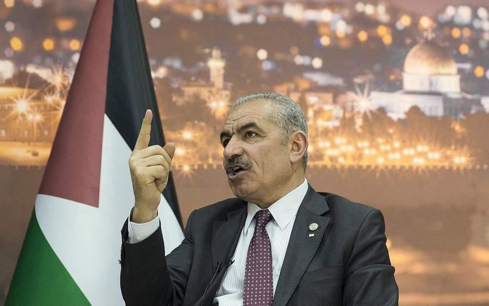 El Primer Ministro de la Autoridad Palestina, Mohammad Shtayyeh, conversa durante una entrevista con The Associated Press, en su oficina en la ciudad de Ramallah en Judea y Samaria, el martes 16 de abril de 2019. (AP Photo / Nasser Nasser)