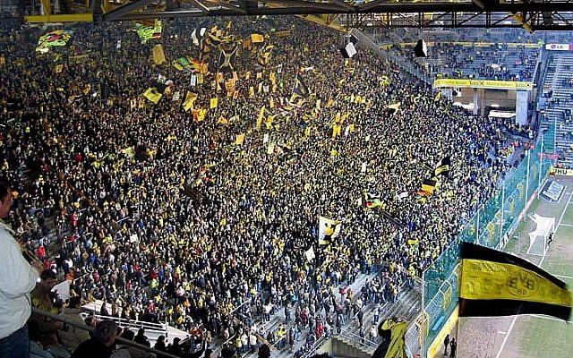 Ilustrativo: aficionados en el estadio de fútbol de Dortmund durante un partido. (CC BY Pascal Philp / Wikipedia)