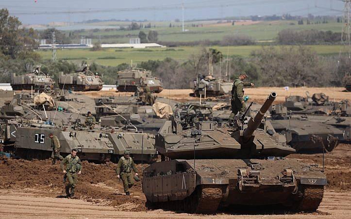 Tanques de las FDI estacionados cerca de la frontera con Gaza el 26 de marzo de 2018. (Yonatan Sindel / Flash 90)
