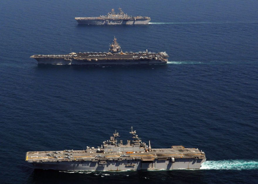 El portaaviones de propulsión nuclear USS Enterprise (CVN 65) (centro) y el buque de asalto anfibio USS Kearsarge (LHD 3) y USS Bonhomme Richard (LHD 6) transitan juntos en el Golfo Pérsico. (Foto de la Marina de los EE. UU. Por el especialista en comunicación de masas de 3ª clase NC Kaylor)