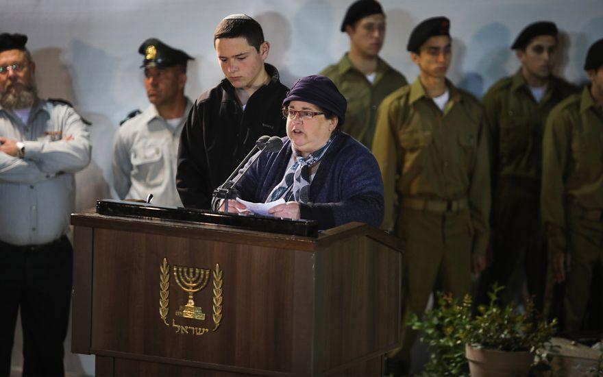 Osna Haberman, hermana de Zachary Baumel, habla durante su funeral en el cementerio militar del Monte Herzl en Jerusalem, el 4 de abril de 2019. (Hadas Parush / Flash90)