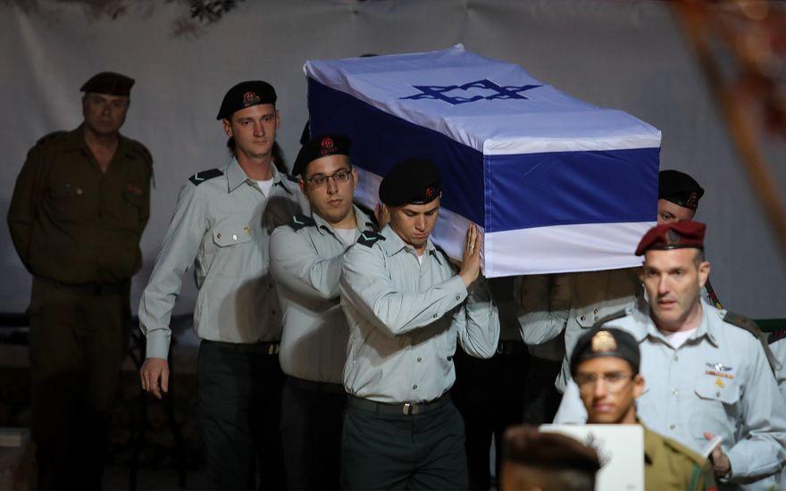 Los soldados israelíes llevan el ataúd de Zachary Baumel en el cementerio militar del Monte Herzl en Jerusalem el 4 de abril de 2019. (Hadas Parush / Flash90)