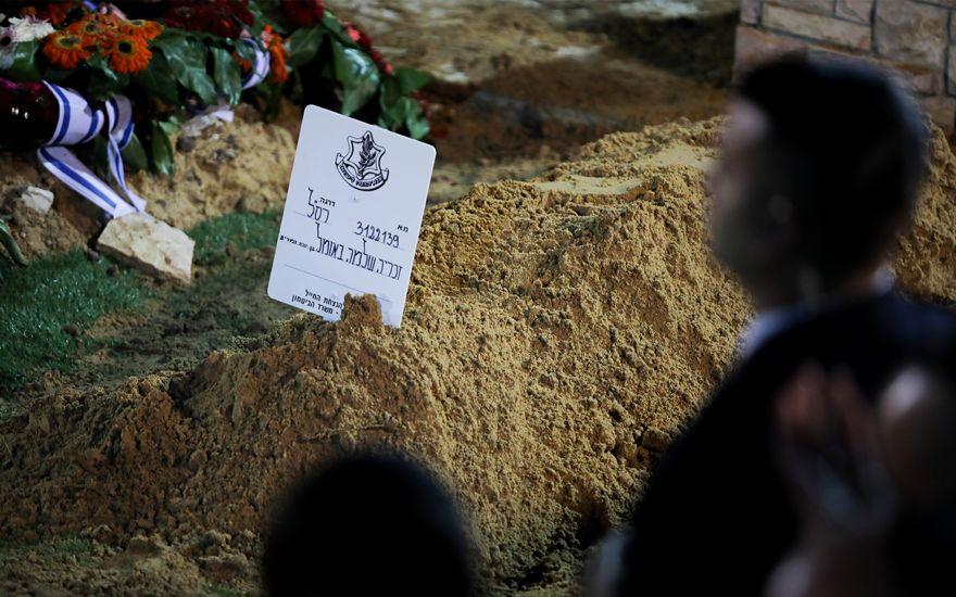La tumba reciente de Zachary Baumel, quien desapareció en la batalla del sultán Yacoub en 1982, durante su funeral en el cementerio militar Monte Herzl en Jerusalem el 4 de abril de 2019. (Hadas Parush / Flash90)